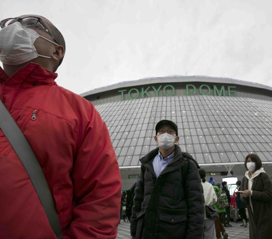 """""""Fue una decisión amarga"""", dijo el comisionado Atsushi Siato, citado por la agencia noticiosa Kyodo de Japón.  """"Como no podemos determinar la situación, no diré nada de momento sobre (el inicio de la campaña). Si es posible, todos queremos seguir adelante con la fecha del 20 de marzo"""".  La liga de fútbol de primera división de Japón aplazó también todos los partidos hasta el 15 de marzo.  Cinco fallecimientos en Japón fueron atribuidos al brote del virus. China, que ha registrado más de 2,700 muertes, será anfitriona de los Juegos Olímpicos de Invierno en 2022."""