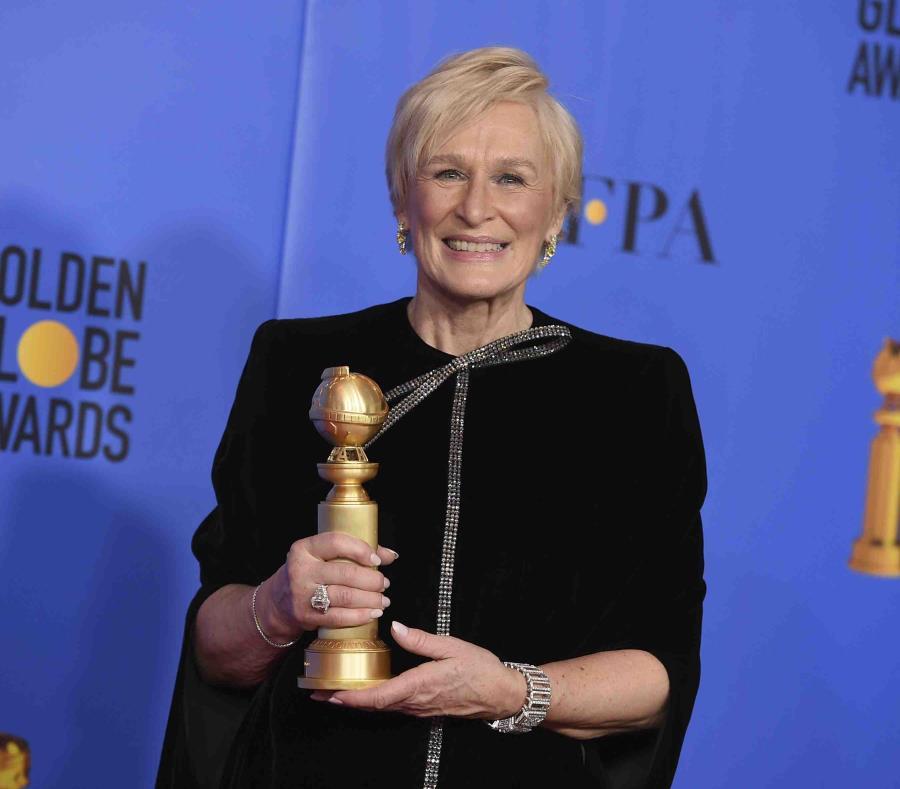 La actriz Glenn Close posa con su galardón a mejor actriz en una película por