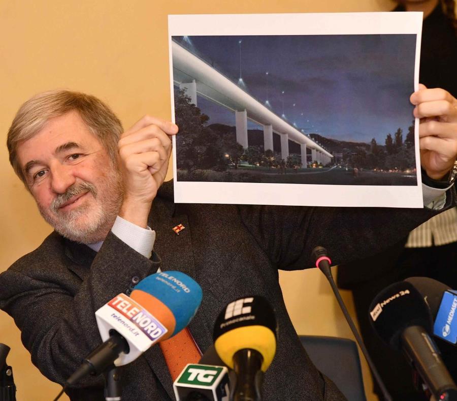 El alcalde de Génova, Marco Bucci, muestra una imagen del proyecto del nuevo puente durante una conferencia de prensa en Génova, Italia. (semisquare-x3)