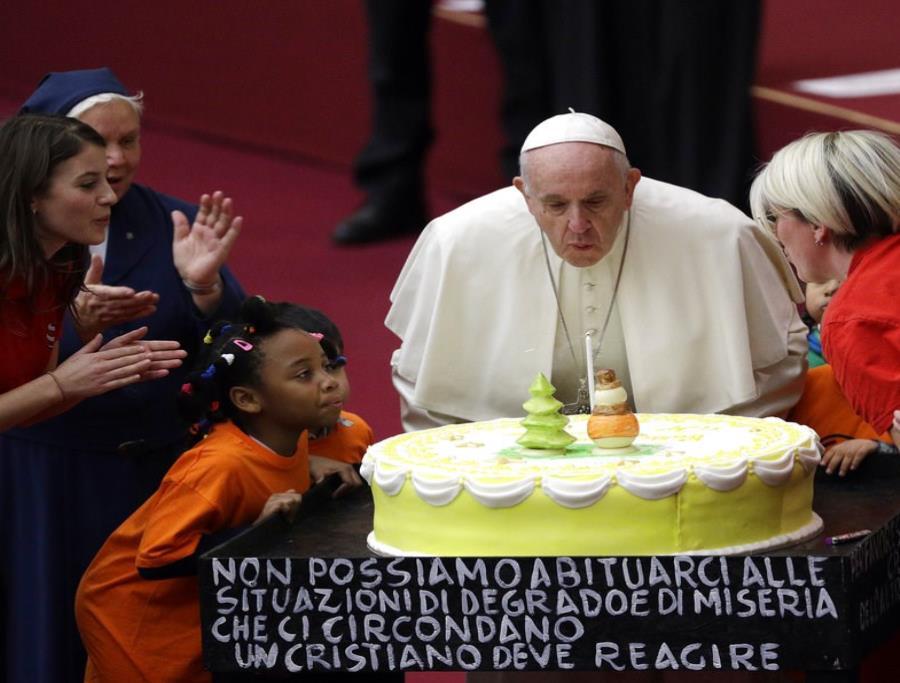 El papa Francisco cumple 82 años y un grupo de niños le regala un pastel (semisquare-x3)