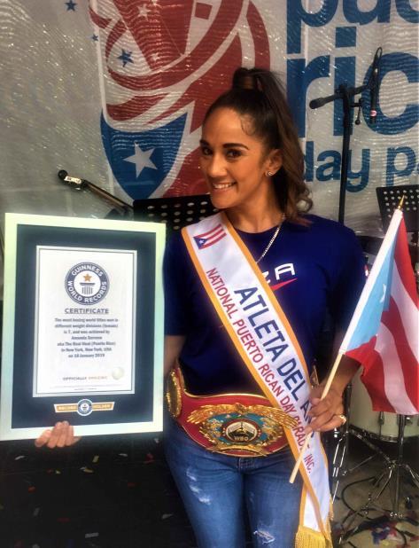 Amanda Serrano posa con el certificado de Guinness World Records. (Suministrada) (vertical-x1)