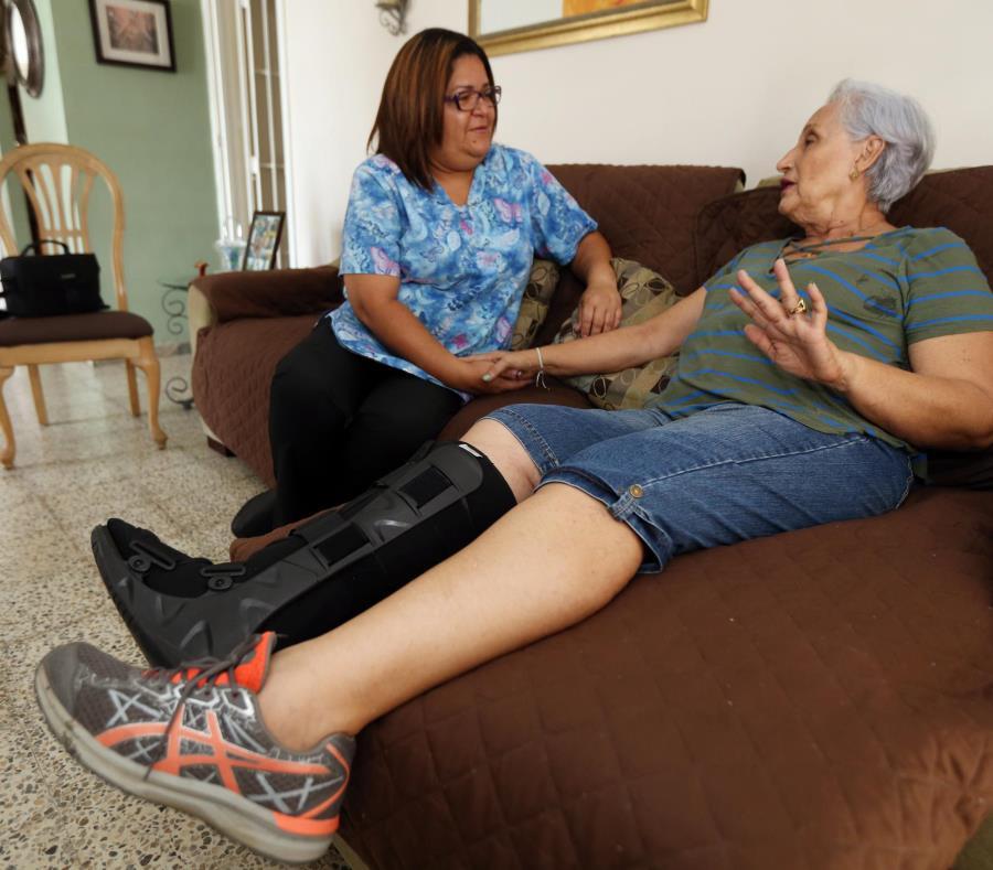 Hilda Malavé, quien sufrió una caída el año pasado, recibe ayuda de la asistente del hogar Nilka Y. Carrión Fantauzzy. (semisquare-x3)