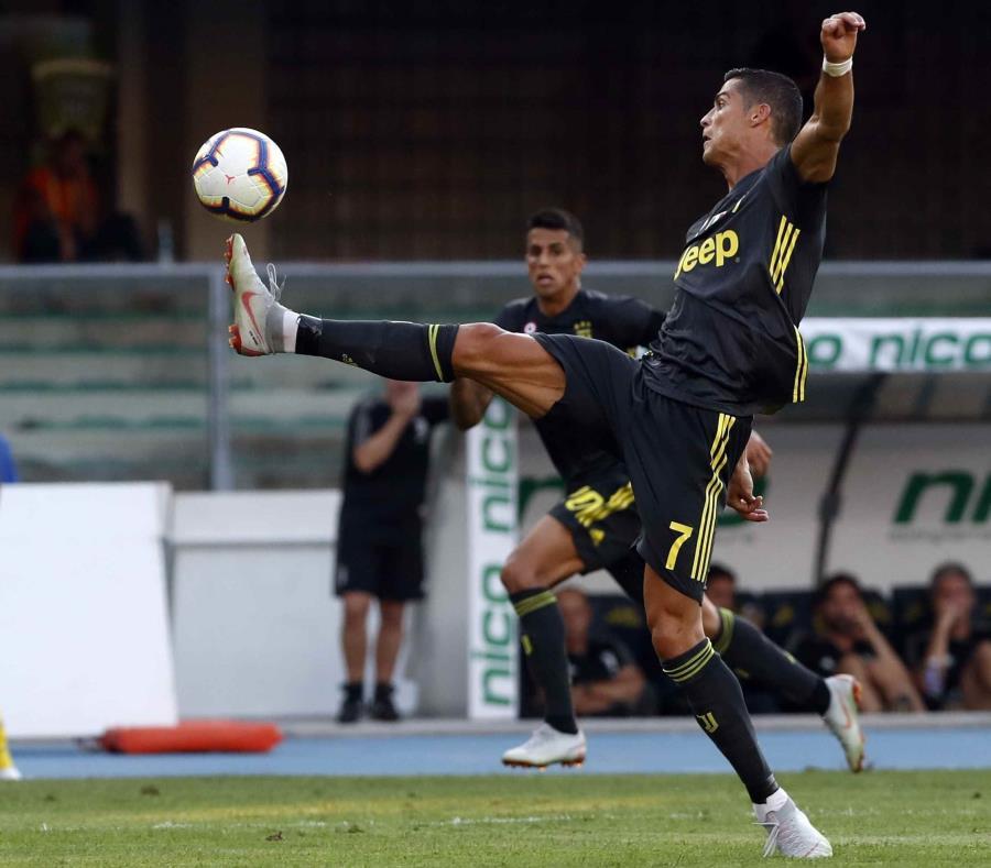 Cristiano Ronaldo busca controlar el balón durante el partido. (AP) (semisquare-x3)