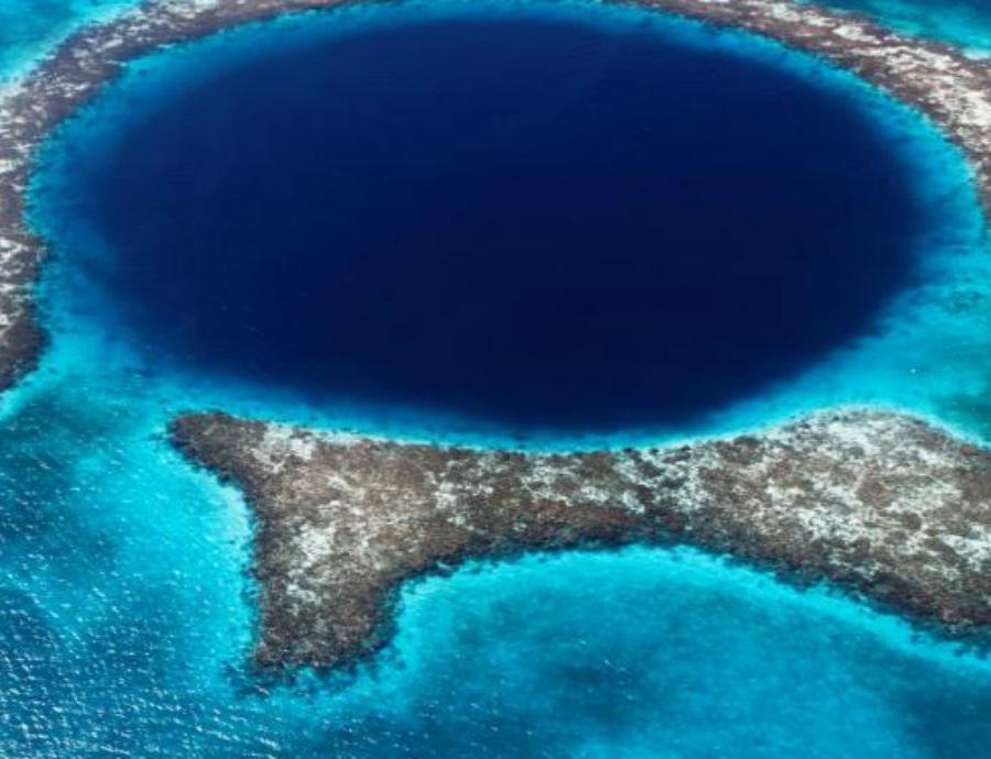 El Gran Agujero Azul es una caverna de piedra caliza que se formó en las costas de Belice hace cientos de miles de años (semisquare-x3)