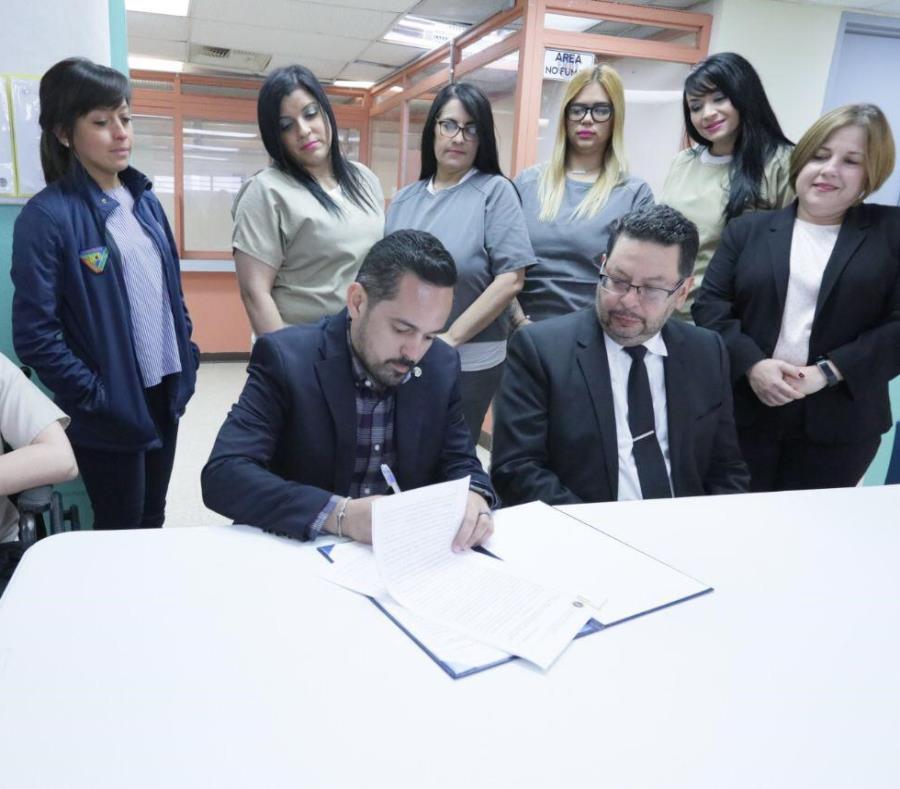La primera fase del programa contará con la participación de 10 confinados. Arriba, el sectario de Corrección, Erik Y. Rolón Suárez, izquierda, firma el acuerdo. (Suministrada) (semisquare-x3)