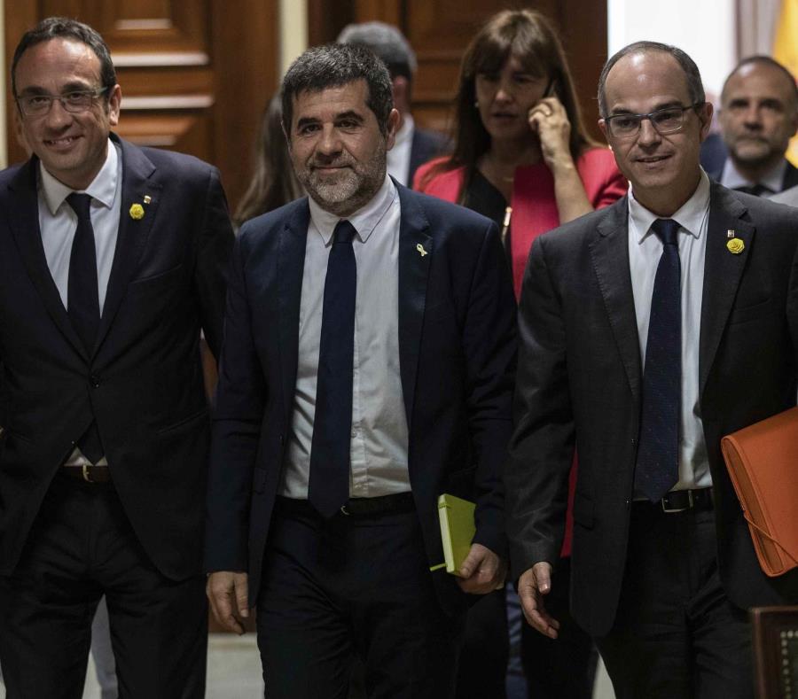 De izquierda a derecha, los políticos catalanes Josep Rull, Jordi Sánchez y Jordi Turull salen tras recoger sus credenciales en el Congreso de los Diputados. (AP) (semisquare-x3)