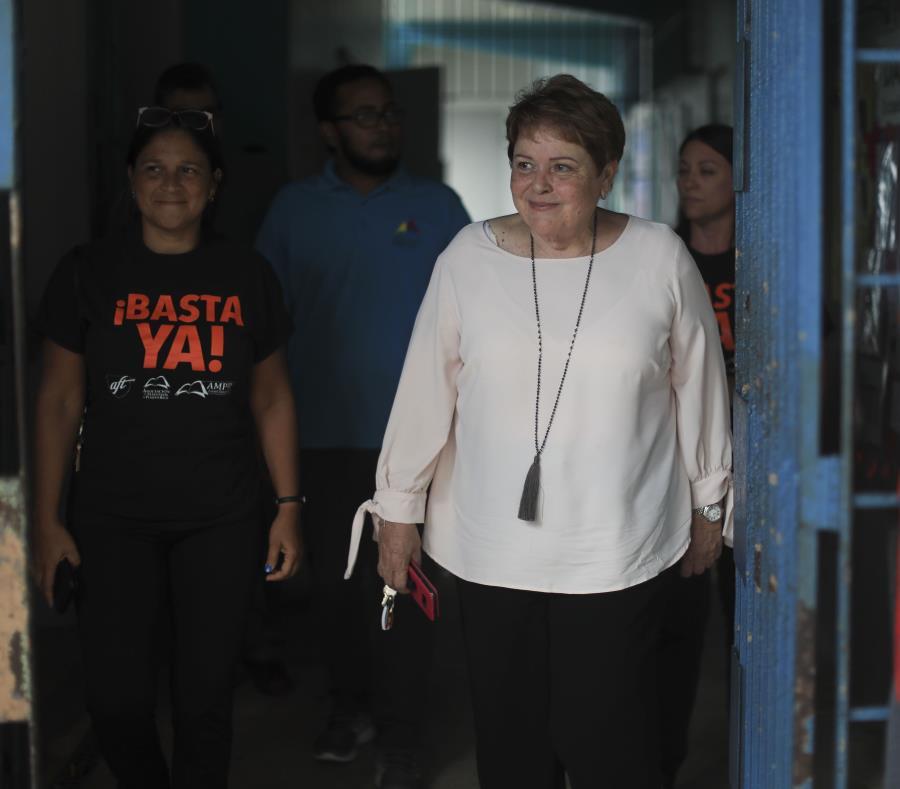 Aida Díaz (centro), presidenta de la Asociación de Maestros, indicó que la propuesta tentativa no es perfecta, pero protege el futuro de los maestros a largo plazo. (semisquare-x3)