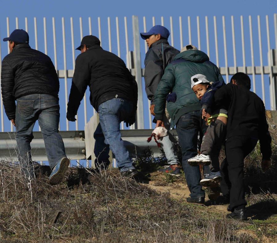 Migrantes hondureños, se dirigen de Tijuana, México, a la frontera con Estados Unidos para entregarse a agentes de la Patrulla Fronteriza. (AP/Moises Castillo) (semisquare-x3)