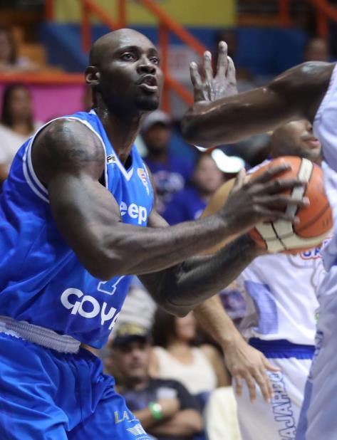 Jeleel Akindele, quien militó la pasada temporada con los Vaqueros de Bayamón,  fue el máximo anotador de los Capitanes con  22 puntos y ocho rebotes. (vertical-x1)