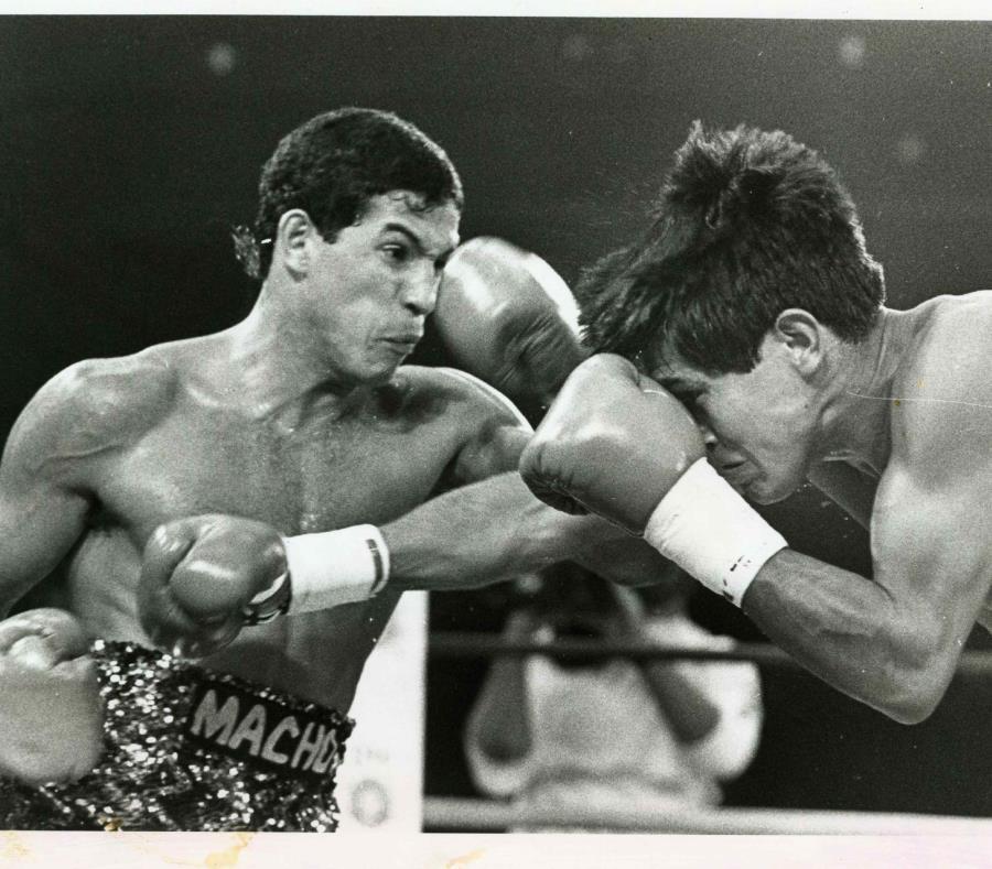 Macho Camacho (izq) golpea a José Luis Ramírez durante el combate entre ambos en 1985. (Archivo) (semisquare-x3)