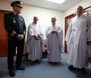 Monjes budistas de Corea del Sur honran y ayudan a veteranos boricuas