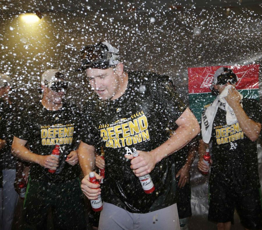 Trevor Cahill es bañado de cerveza durante la celebración de los Atléticos. (semisquare-x3)