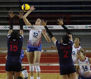 La medio de la Selección Nacional Neira Ortiz hace delivery de comida a falta de voleibol