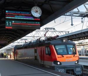 Pasajeros levantan un tren y rescatan a un hombre que había quedado atrapado