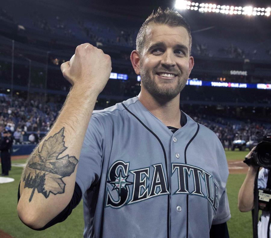 James Paxton muestra una hoja de arce símbolo de Canadá que lleva tatuada en el antebrazo derecho en cuanto concretó el juego sin imparable
