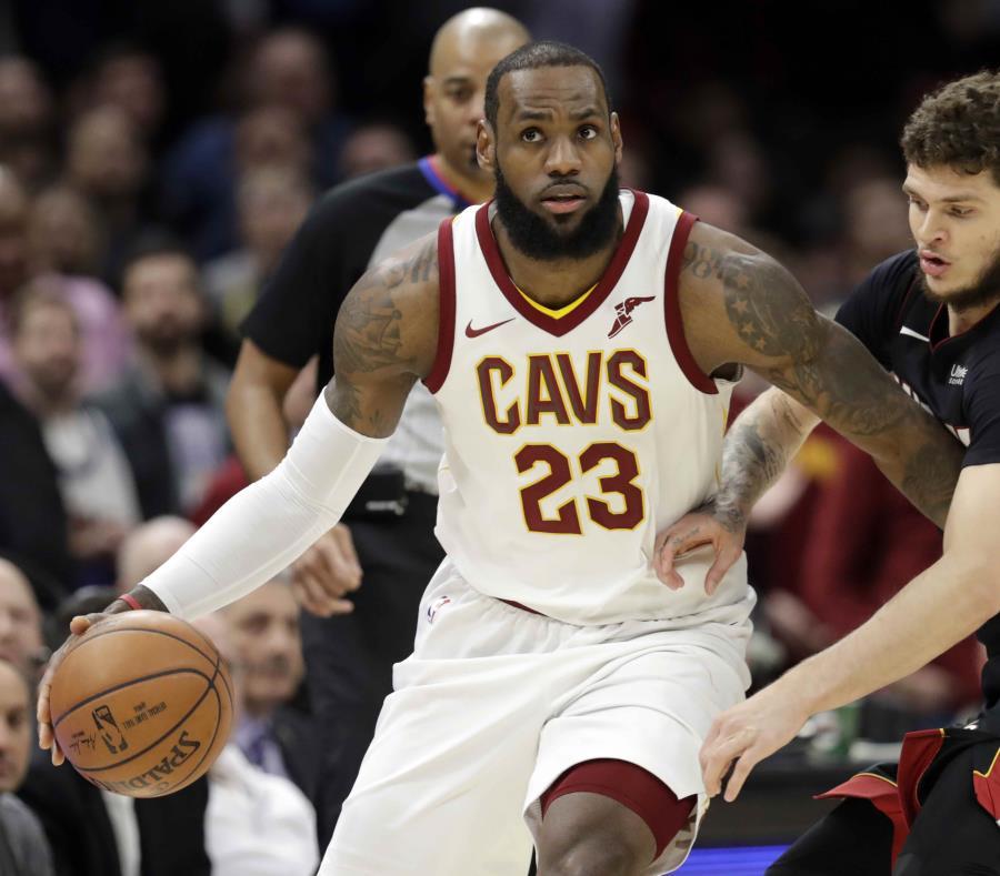 LeBron James en acción esta temporada con los Cavaliers de Cleveland. (AP) (semisquare-x3)
