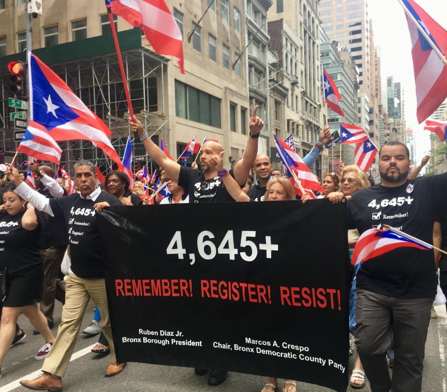 Funcionarios demócratas y activistas portaron una pancarta en alusión a las víctimas mortales asociadas al huracán María y a la inadecuada respuesta del gobierno federal. (semisquare-x3)