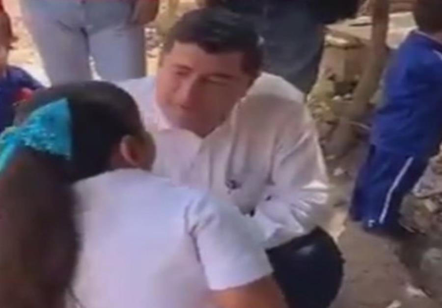 Guillermo Chapman Moreno, presidente municipal de Ahome, conversa con la pequeña Nancy. (semisquare-x3)