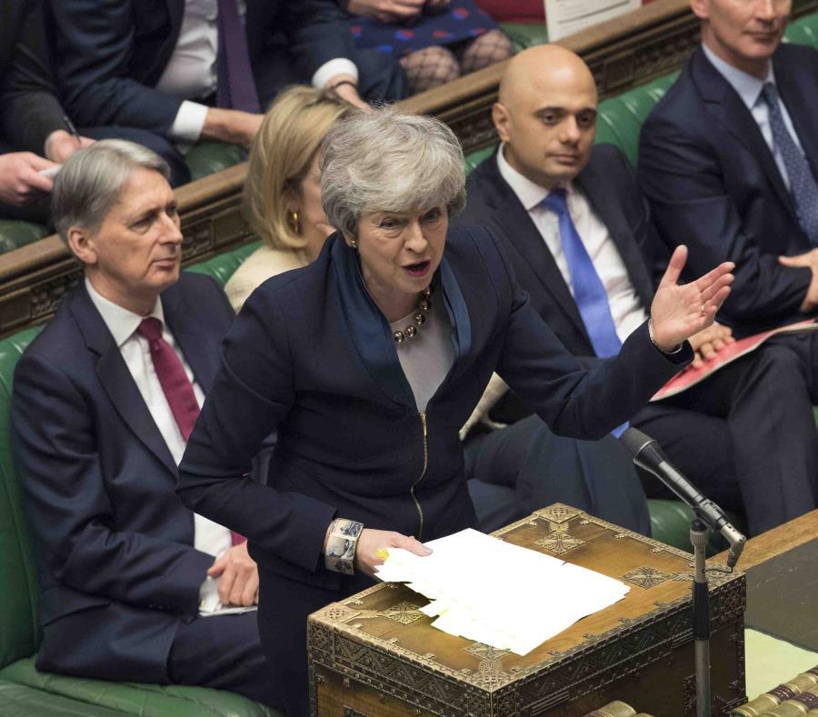 La primera ministra británica, Theresa May, se dirige a los legisladores en una sesión en la Cámara de los Comunes. (AP/Mark Duffy) (semisquare-x3)