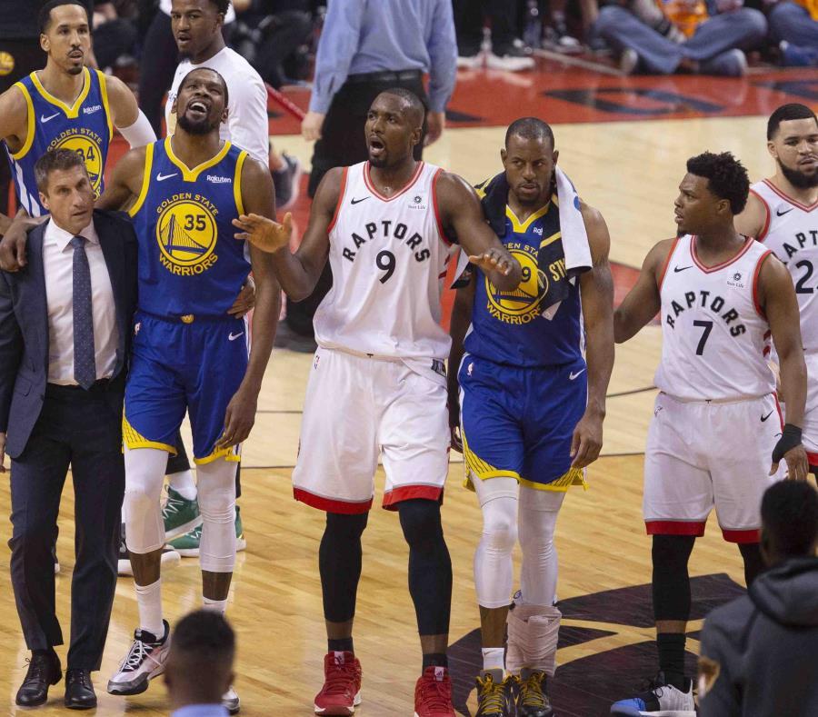 Serge Ibaka (9), de los Raptors, intenta tranquilizar el público a la salida de Kevin Durant del tabloncillo. (AP) (semisquare-x3)