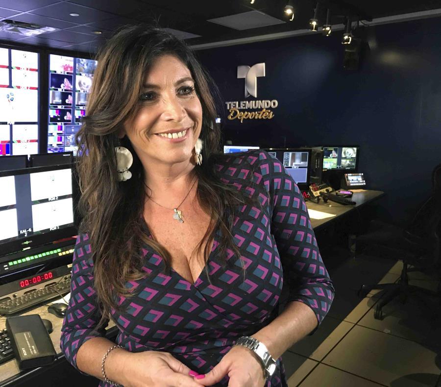 La comentarista argentina Viviana Vila posa en los estudios de Telemundo Deportes en Miami. (AP) (semisquare-x3)