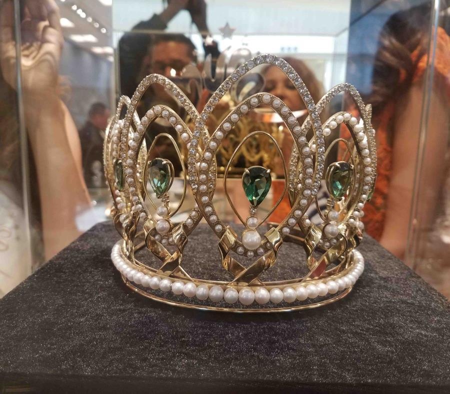 Denise Quiñones presenta la nueva corona de Miss Universe Puerto Rico inspirada en la ceiba 20180821105544