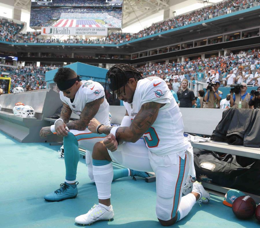Kenny Stills y Albert Wilson arrodillados durante el himno nacional. (AP) (semisquare-x3)