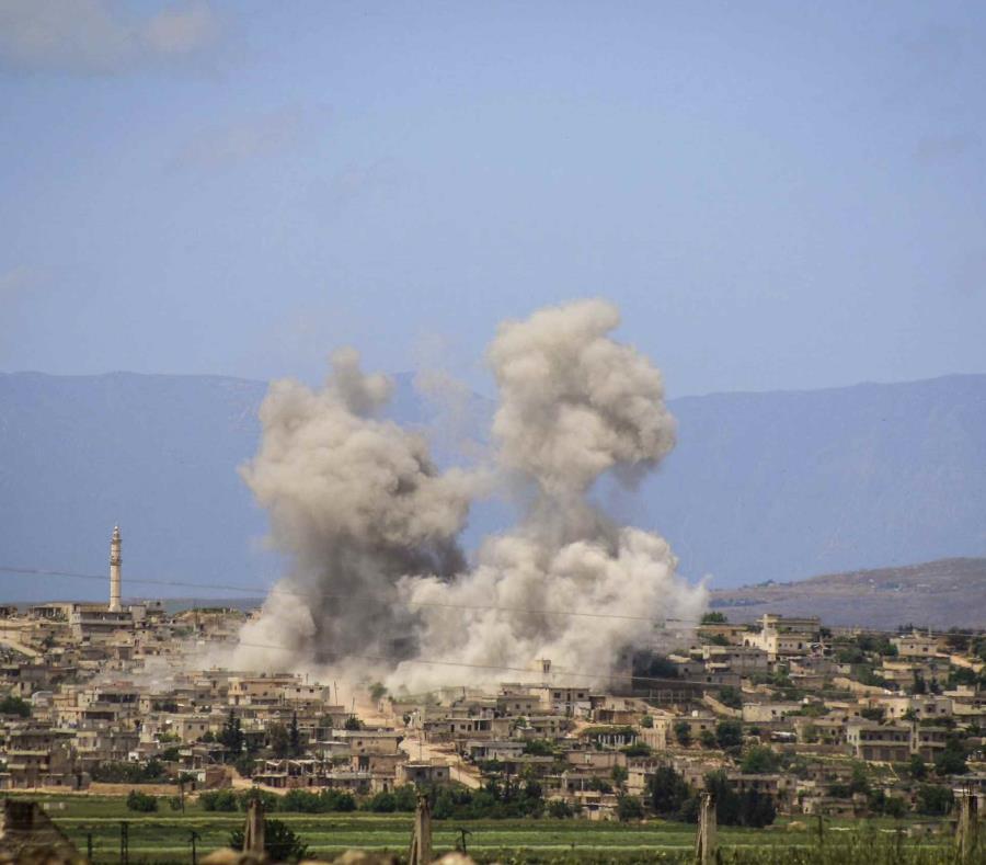 En esta foto del viernes, 3 de mayo de 2019, se ve humo tras bombardeos del gobierno sirio en la ciudad de al-Habeet, sur de Idlib, Siria. (Cascos Blancos de la Defensa Civil Siria vía AP) (semisquare-x3)