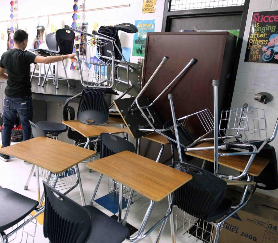 Un estudiante bloquea la puerta de su aula durante un simulacro de ataque en la Moody High School de Corpus Christi, Texas. (AP/Rachel Denny Clow) (semisquare-x3)