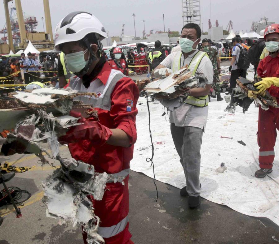 Rescatistas trasladan restos del vuelo 610 de Lion Air que se estrelló en el Mar de Java, en el puerto Tanjung Priok, en Yakarta, Indonesia, el 2 de noviembre de 2018 (semisquare-x3)