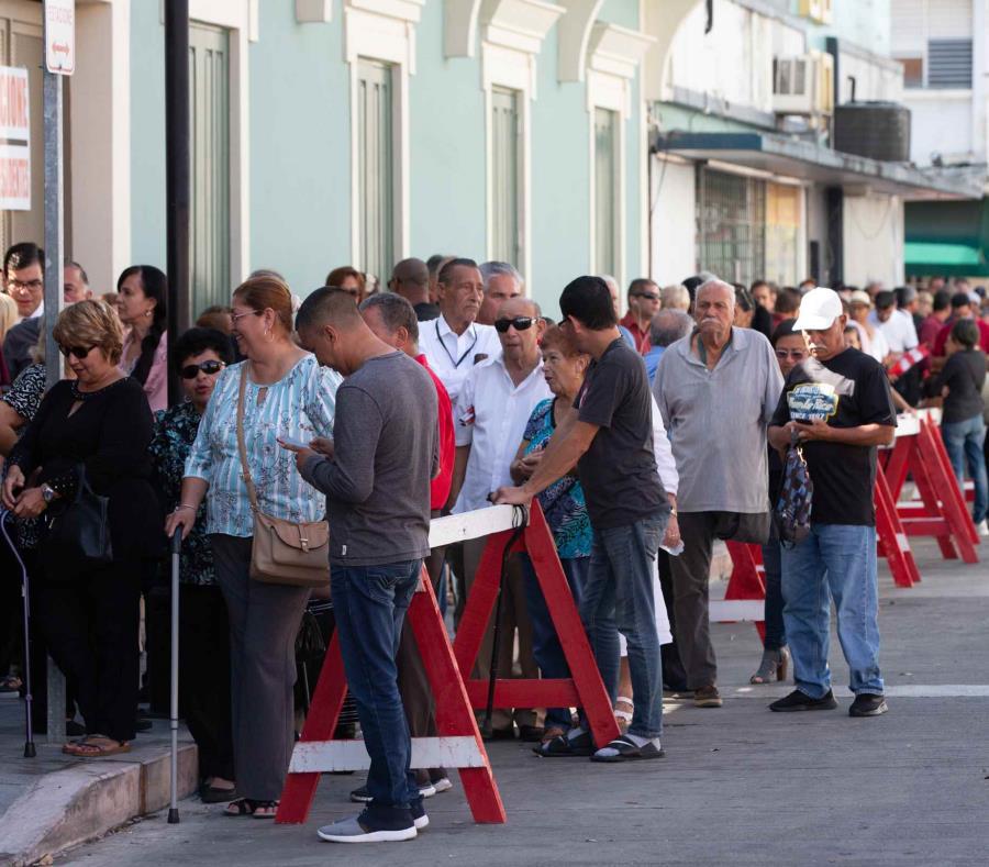 Desde temprano, los ciudadanos hicieron fila para despedir al líder político en Ponce. (semisquare-x3)