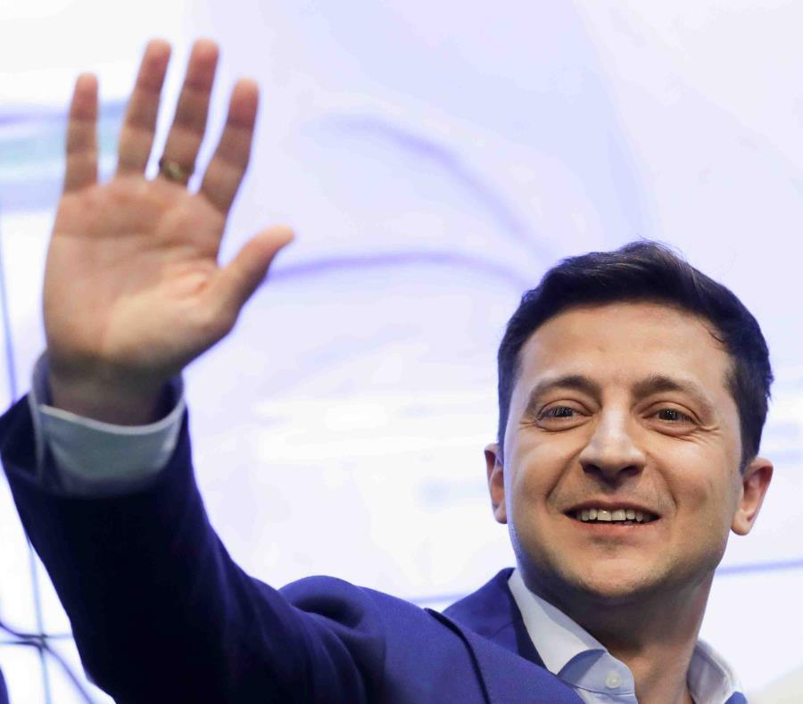 El comediante y candidato presidencial de Ucrania Volodymyr Zelenskiy saluda a sus simpatizantes desde sus oficinas después de la segunda ronda electoral en Kiev, Ucrania. (AP / Sergei Grits) (semisquare-x3)