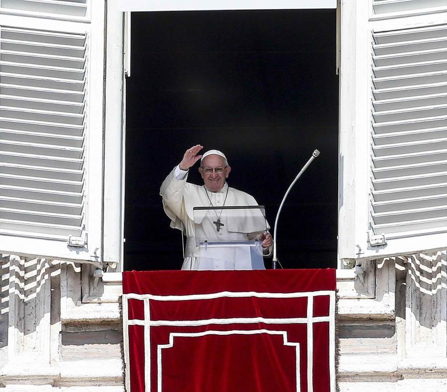El papa Francisco saluda desde su ventana en el Vaticano. (EFE) (semisquare-x3)
