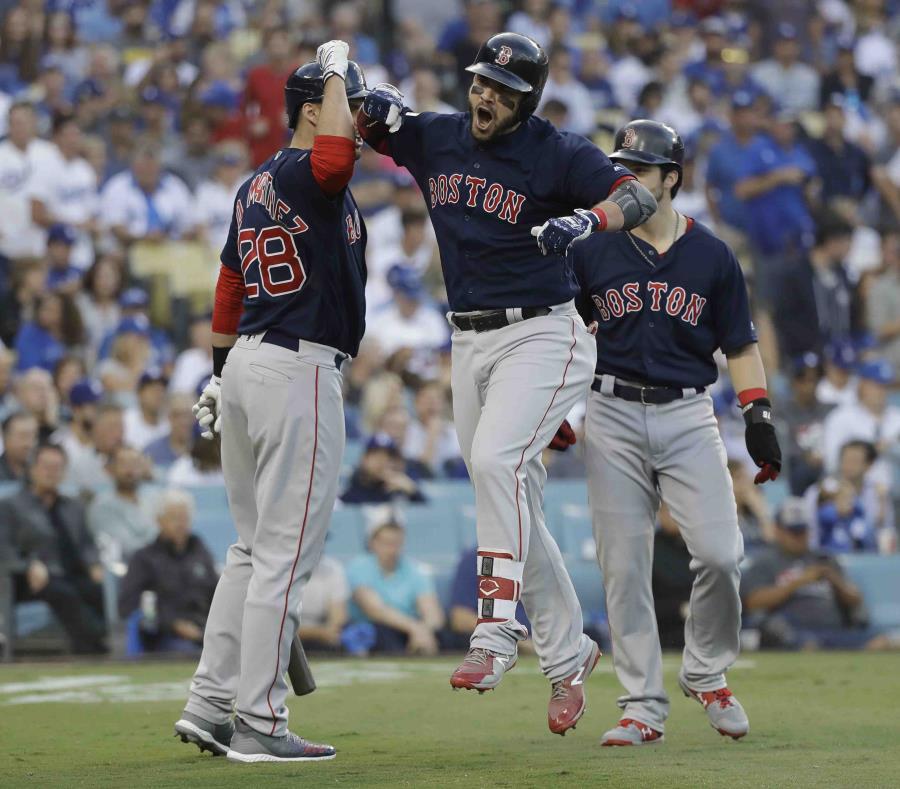 Steve Pearce salta durante un festejo con J.D. Martínez (28) y Andrew Benintendi, sus compañeros en los Medias Rojas. (semisquare-x3)