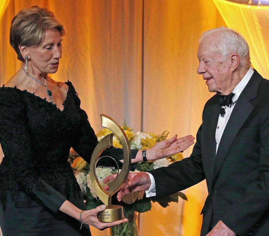 El expresidente de los Estados Unidos Jimmy Carte recibe un premio de manos de Barbara Barrett. (AP / Ross D. Franklin) (semisquare-x3)