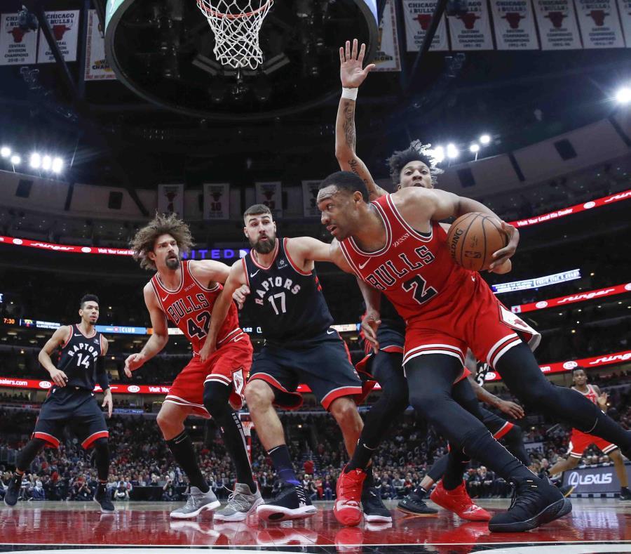 Jabari Parker (2) de los Bulls de Chicago se enfila a la canasta ante los Raptors de Toronto, el sábado 17 de noviembre de 2018. (AP Foto/Kamil Krzaczynski) (semisquare-x3)