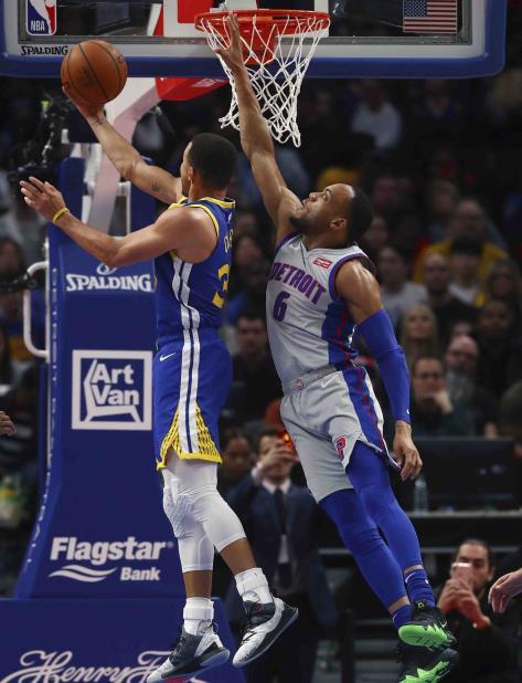 Stephen Curry, de los Warriors de Golden State, se eleva para anotar dos de sus 27 puntos en el retorno a cancha luego de perder 11 partidos por lesión. (vertical-x1)