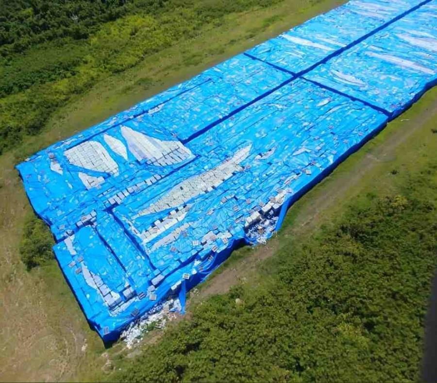 Las botellas de agua están ubicadas en una de las pistas de la antigua Base Naval Roosevelt Roads, en Ceiba. (Captura / Twitter) (semisquare-x3)