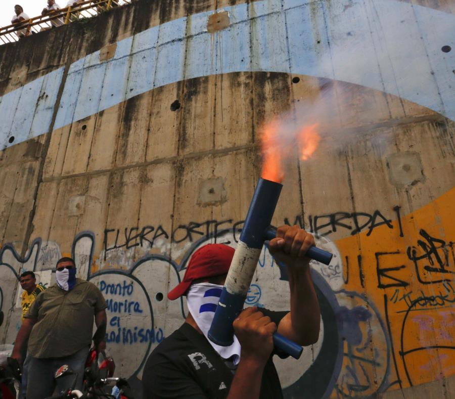 Un manifestante dispara un mortero casero mientras que otros se reúnen por los 100 días de protestas para exigir la renuncia del presidente Daniel Ortega. (AP / Alfredo Zúniga) (semisquare-x3)