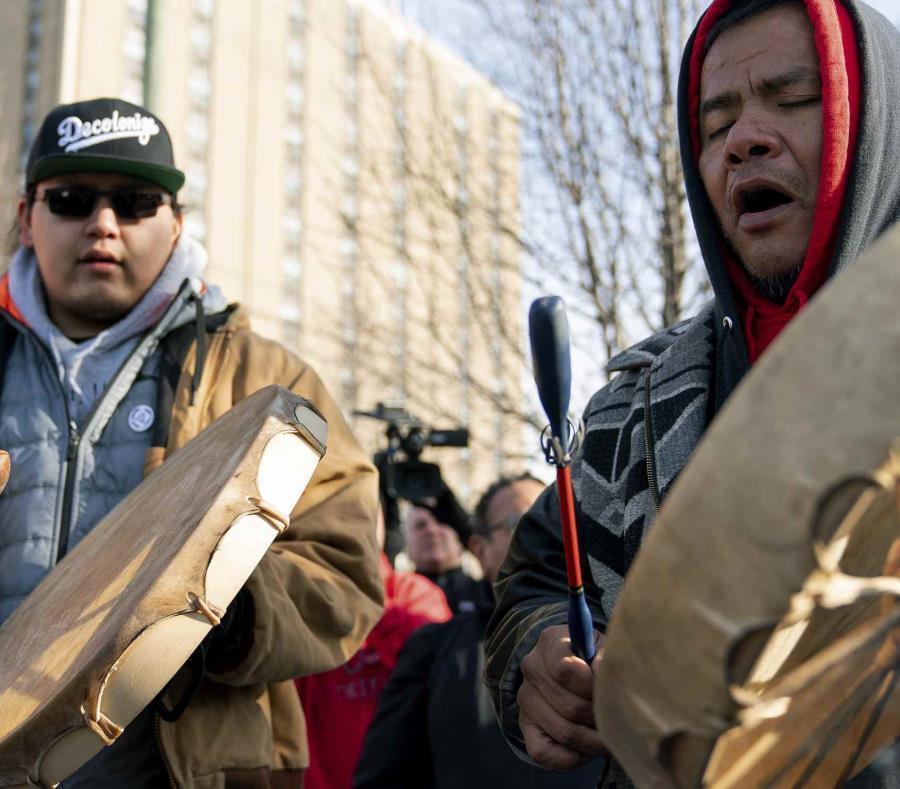 Sleepy Eye Lafromboise, derecha, y su hijo Eshtakaba, ambos de la nación Sioux. (semisquare-x3)