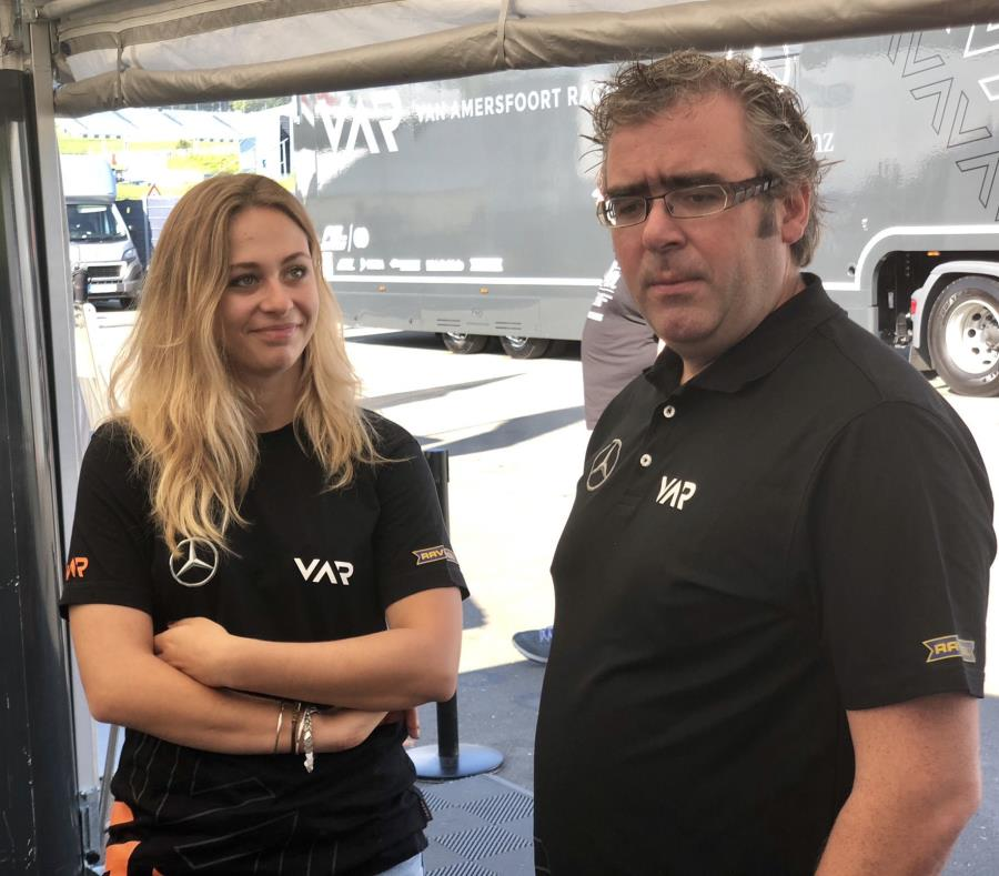 Sophia Flörsch (izq.) es una de las pilotos de la escudería holandesa Van Amersfoort Racing. (Twitter.com / Sophia Flörsch) (semisquare-x3)