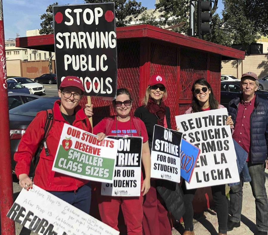 Marianne O'Brien, segunda por la derecha, y otros compañeros profesores posan para una fotografía en el centro de Los Ángeles tras manifestarse ante el Ayuntamiento. (AP / Christopher Weber) (semisquare-x3)