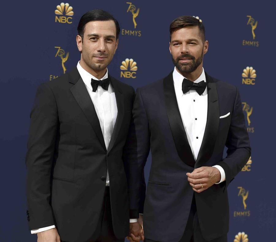 Ricky Martin llegó acompañado de su esposo Jwan Yosef a los premios Emmy.  (AP) (semisquare-x3)