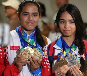De Kaki a Zaida con broche de oro de Adriana