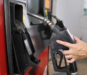 ¿Es bueno el bajón en el precio de la gasolina?