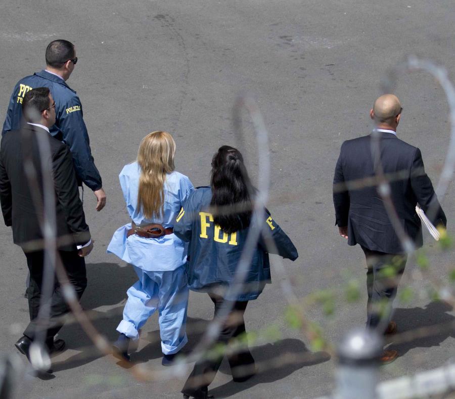 Áurea Vázquez Rijos mientras es trasladada al tribunal. (GFR Media) (semisquare-x3)