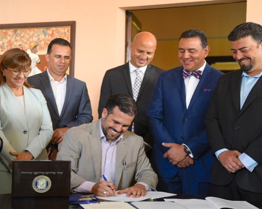 El gobernador firmó la ley en La Fortaleza (semisquare-x3)