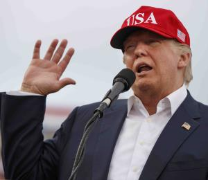 Primera victoria legislativa de Trump eclipsada por pesquisa de Rusia
