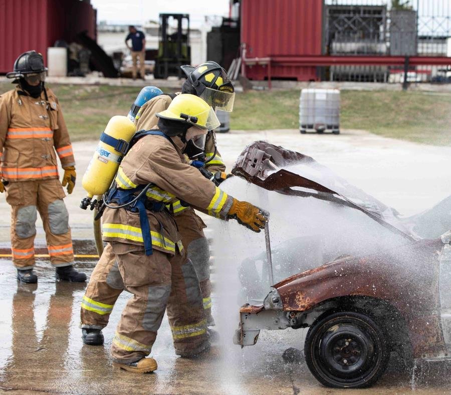 El comisionado del Negociado del Cuerpo de Bomberos, Alberto Cruz Albarrán, explicó que en la actualidad muchos de los bomberos trabajan con equipo viejo y deteriorado. (semisquare-x3)