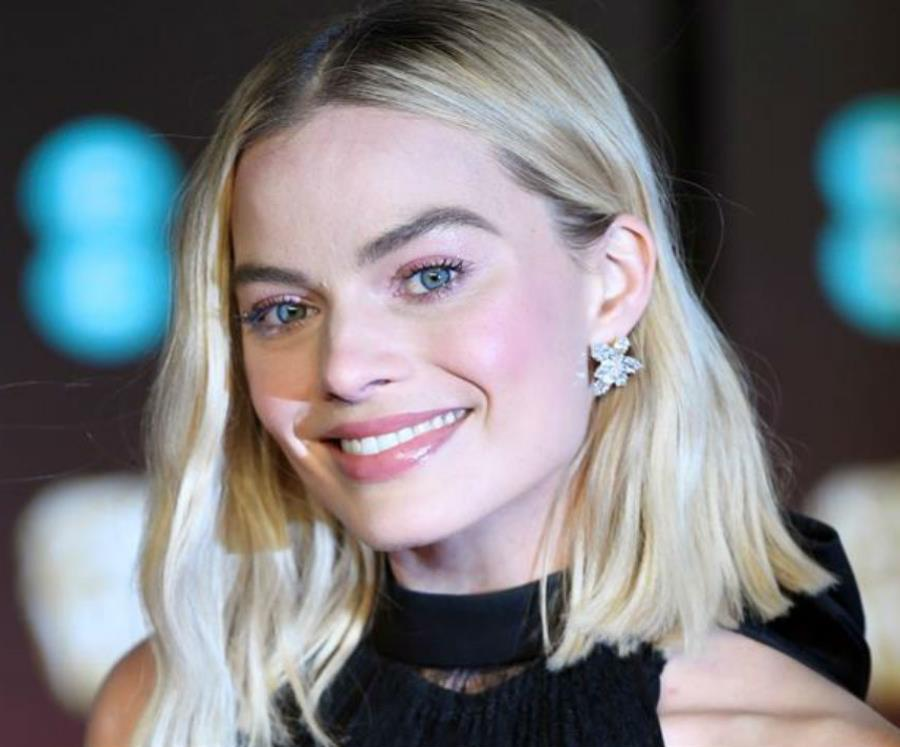 Margot robbie shares first look as sharon tate in once upon a